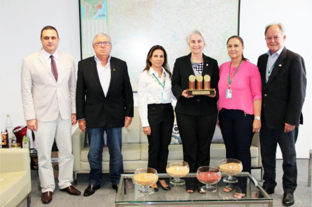 Secretária de Agricultura de Minas, Ana Maria Valentin, recebe o Troféu ABCZ Mulher das mãos da presidente da comissão ABCZ Mulher, Iara Marquez