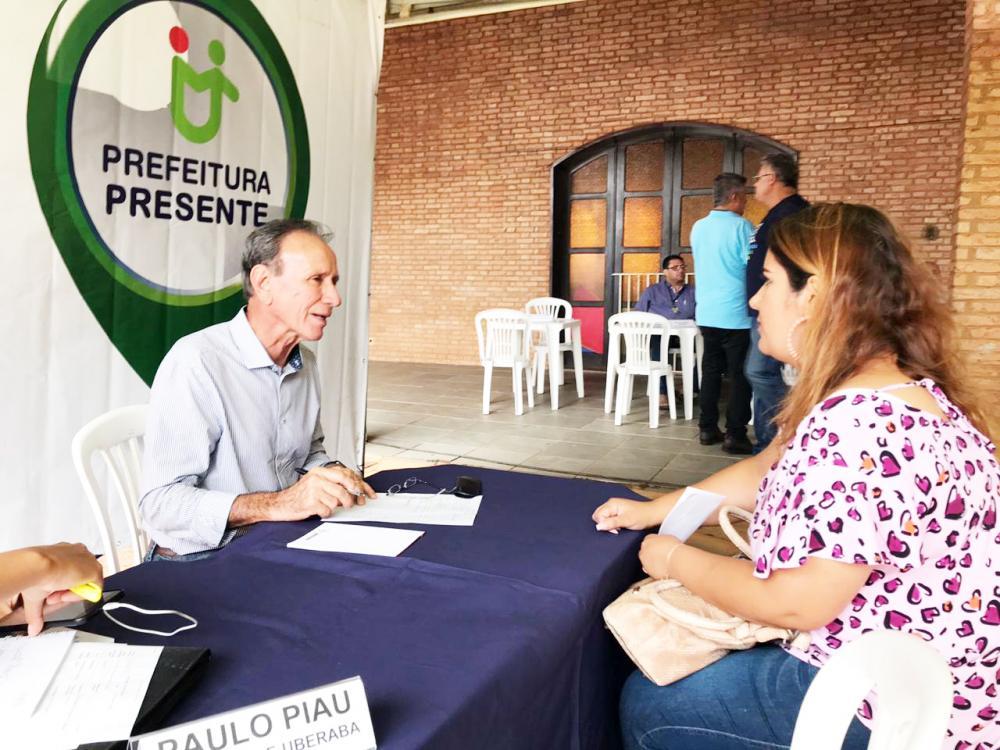 Prefeito Paulo Piau (MDB) realizando atendimento à população no projeto Prefeitura Presente - Foto: Guilherme Portugal