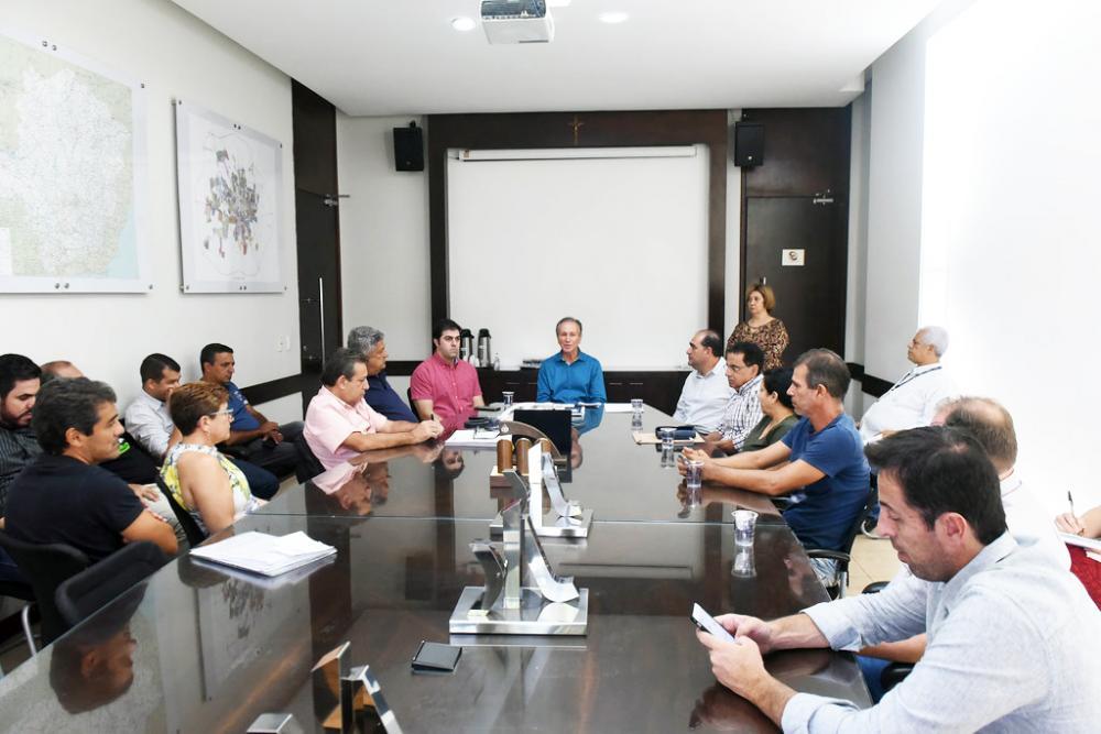 """O prefeito Paulo Piau assinou ontem a ordem de serviço para a reforma do estádio """"Zé Galinha"""" - Foto: Divulgação"""