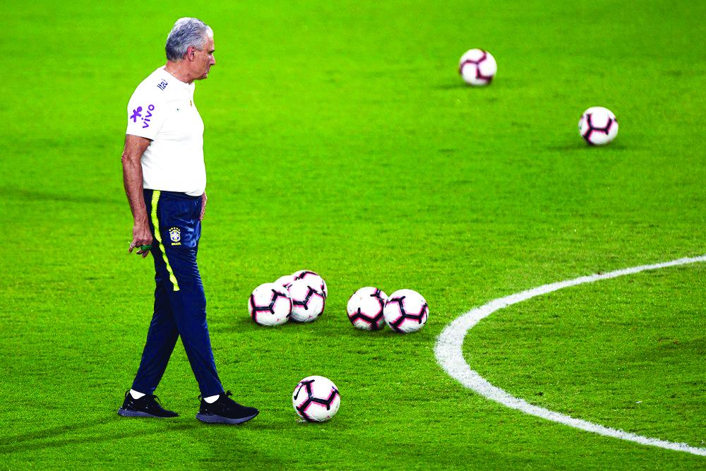 Tite no treino da seleção brasileira em Abu Dhabi - Foto: Pedro Martins/MowaPress