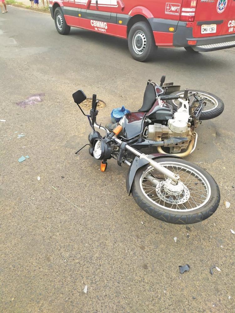 Motocicleta ficou danificada após o acidente - Foto: Juliano Carlos