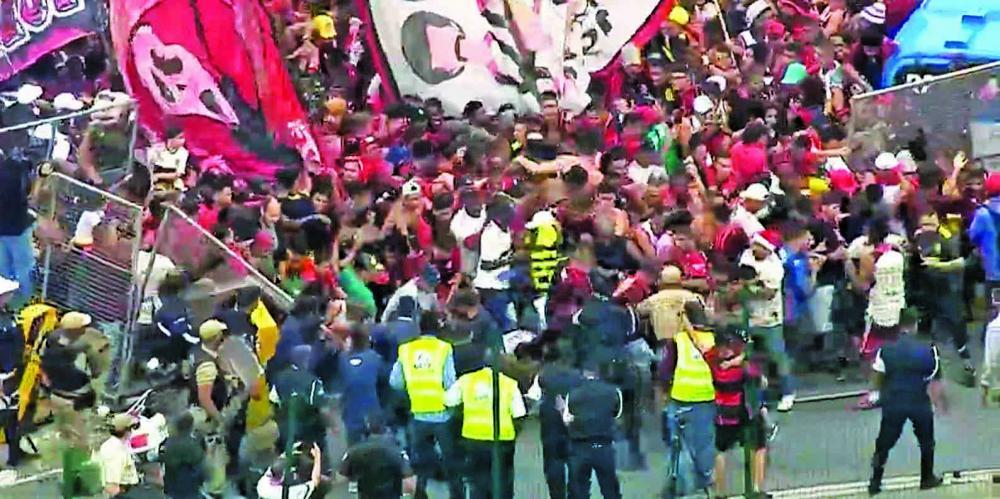 Multidão de torcedores do Flamengo promovem confusão no embarque do time para Lima - Foto: Divulgação