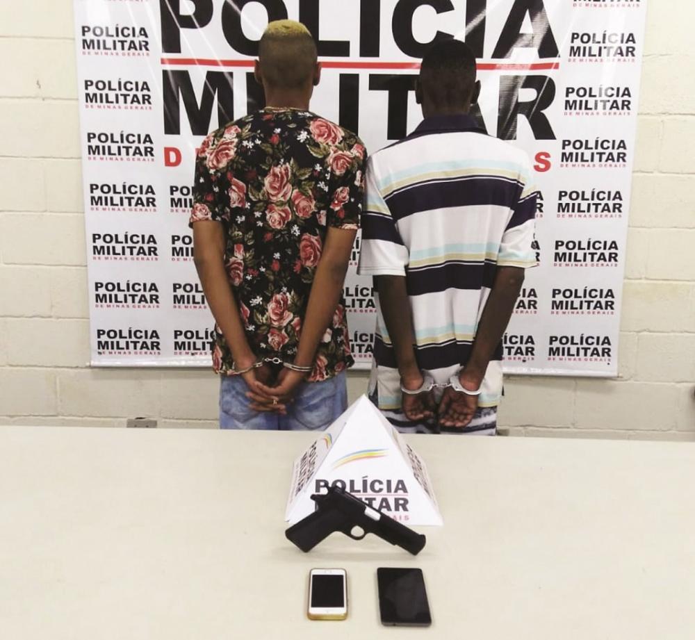 Réplica de arma foi apreendida com os acusados