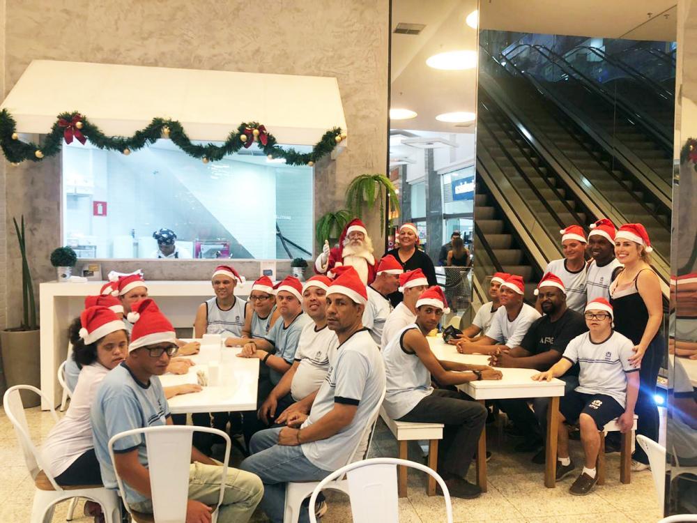Empresa convida alunos da Apae e Papai Noel