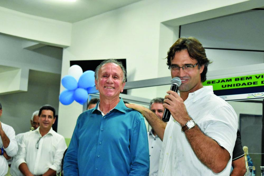 Prefeito Paulo Piau e secretário de Saúde Iraci Neto comemoram mais uma premiação para Uberaba - Foto: Marco Aurélio/PMU