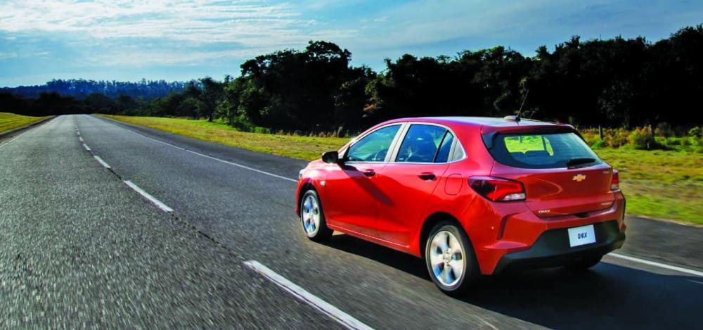 Ônix hatch com motor 1.0 aspirado ou turbo, preços vão de R$ 48,5 mil a R$ 73 mil - Foto: Divulgação