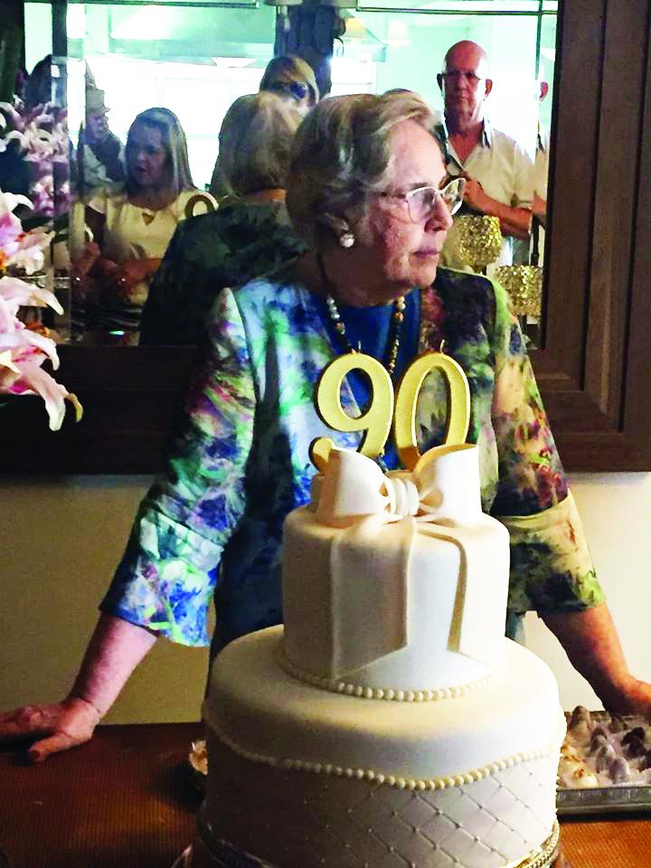 A querida e solidária Leda Brasileiro Teixeira Vale na prestigiada comemoração dos seus 90 anos, que reuniu dezenas de amigas do seu vasto círculo social e filantrópico - Fotos: Divulgação