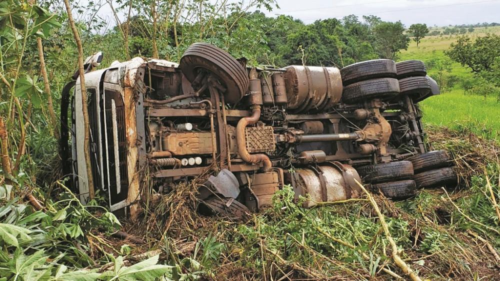 Veículo parou a beira da pista após o acidente - Foto: Juliano Carlos