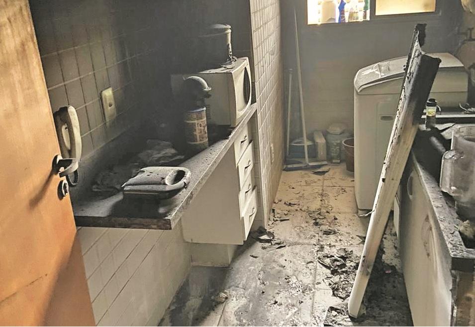 Imóvel ficou bastante danificado após o incidente: Geladeira ficou completamente destruída - Fotos: Juliano Carlos