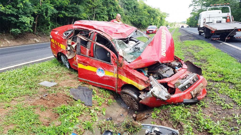 Viatura ficou completamente destruída após o acidente - Fotos: Juliano Carlos
