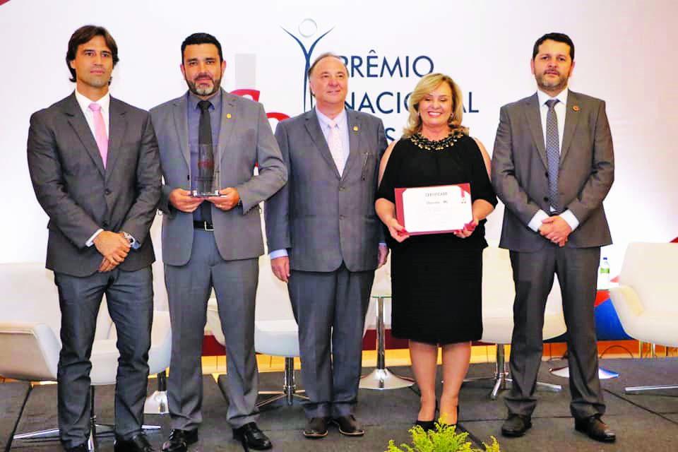 O secretário municipal de Saúde, Iraci Neto e a coordenadora de Saúde Bucal, Márcia Nomelini, receberam o prêmio das mãos do conselheiro/coordenador da Comissão Parlamentar do CFO, o uberabense Eduardo Ferro - Foto: Divulgação
