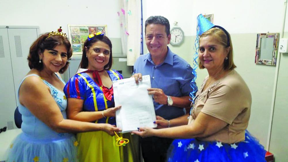 Vice-prefeito João Gilberto Ripposati entregou à direção cópia completa do projeto - Foto: Divulgação/PMU