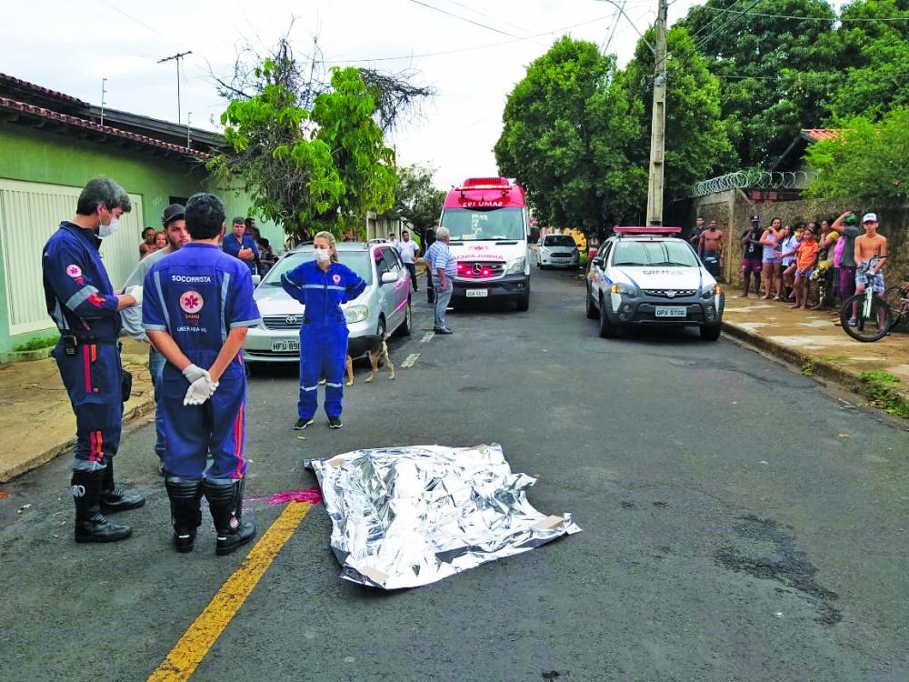 Equipe do Samu constatou que o menino morreu na hora - Foto: Juliano Carlos