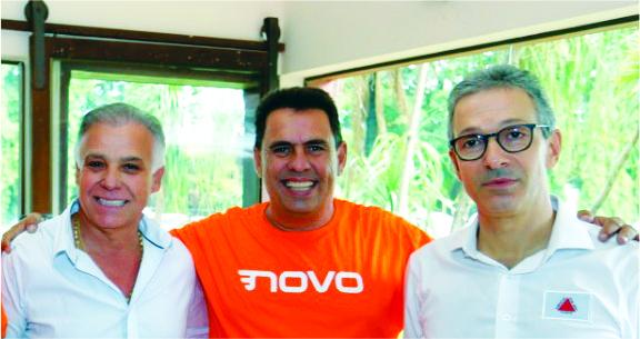 Empresário Antônio Carlos da Silva (Carlão Materiais para Construção), o pré-candidato Jair Júnior (JJ) e o governador Romeu Zema (Novo) - Foto: Divulgação