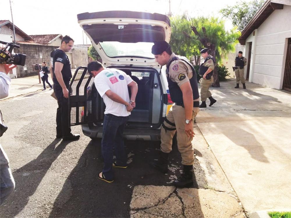 Policiais cumpriram os mandados na manhã de ontem: Drogas e dinheiro foram apreendidos (detalhe)