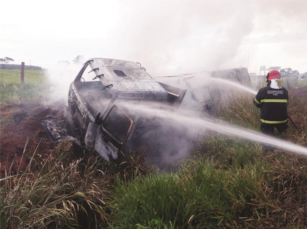 Bombeiros tiveram muito trabalho para combater as chamas - Fotos: Juliano Carlos
