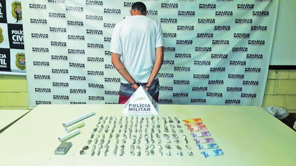 Mais de 100 tabletes de maconha foram aprendidos na casa do suspeito - Foto: Juliano Carlos