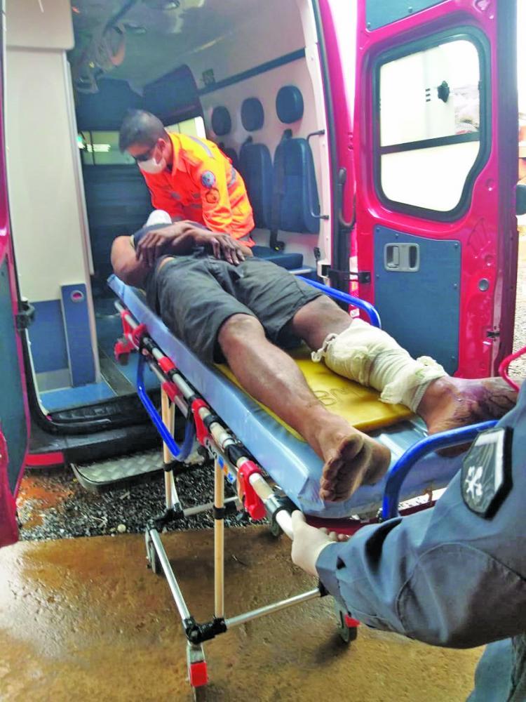 Vítima foi socorrida por equipe do Corpo de Bombeiros após o crime - Foto: Juliano Carlos