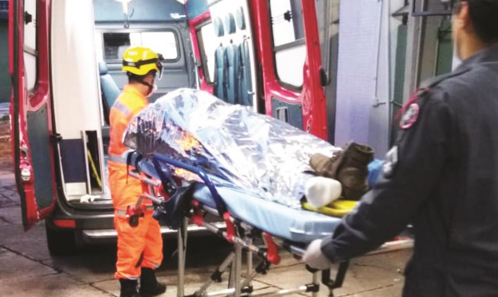 Vítima foi socorrida por bombeiros após o crime - Fotos: Divulgação