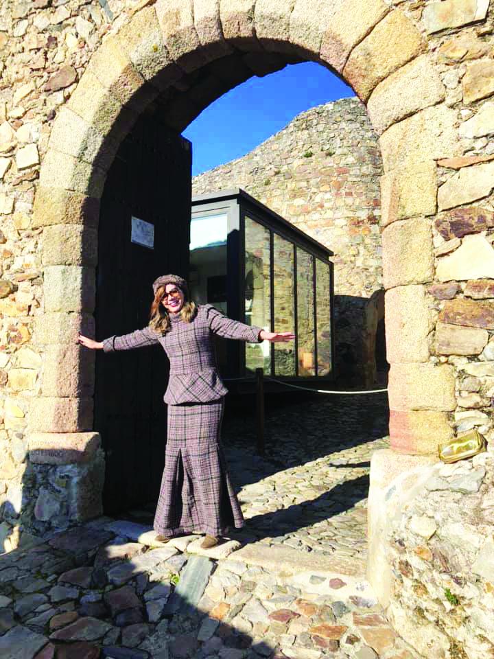 Maria de Lourdes Costa Fernandes em tour pela Europa. Na foto no Castelo de Marvão, em Portugal