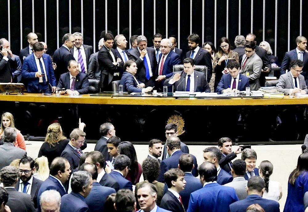 Deputados e senadores reunidos no plenário da Câmara durante a sessão conjunta do Congresso na terça (10) - Foto: Waldemir Barreto/Agência Senado