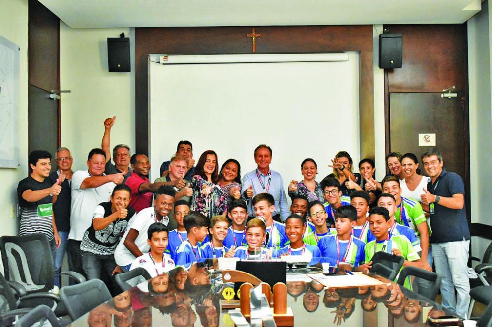 Prefeito Paulo Piau recebe equipe sub-13 da Funel/Unimed vice-campeã mineira - Foto: Marco Aurélio/PMU