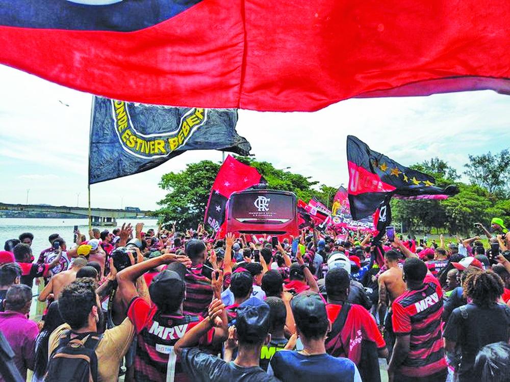 Torcedores acompanham o ônibus do Flamengo até o aeroporto para o embarque para a disputa do Mundial - Foto: Divulgação