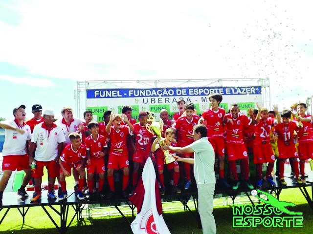 Presidente da LUF, Roberto Carlos Fernandes, entrega o troféu de campeão a equipe do Ipiranga