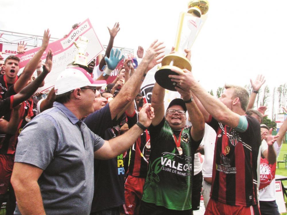 """Capitão do Atlético, Rudimar, recebe o troféu de campeão Amador """"A"""" das mãos do prefeito Paulo Piau - Foto: Eurípedes Campos"""