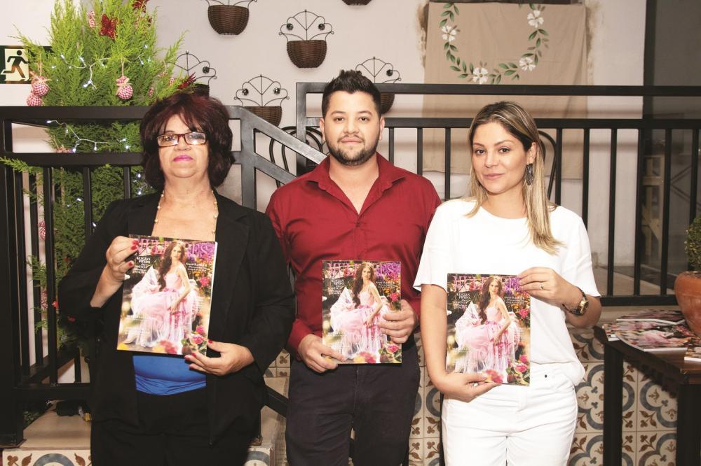 No lançamento da revista Mulheres em Araxá: Lúcia Helena, Mariana Coelho e Paulo Lima - Fotos: Ighor Thomas