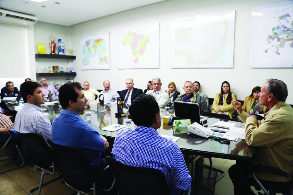 Prefeito apresenta desburocratização a representantes de entidades de classe