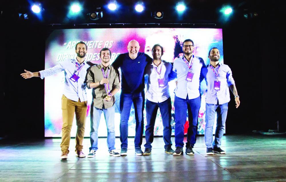 Os gestores da EXP Produção foram presentados por Tande com réplica da medalha Olímpica, pela contribuição ao esporte universitário - FOTO: LUCAS ALEMÃO