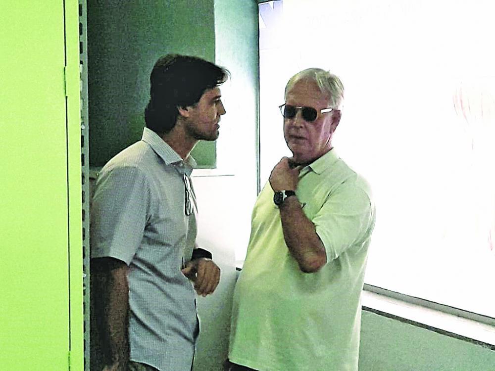 Presidente da Codau, Luiz Guaritá Neto, e o secretário de Saúde, Iraci Neto, flagrados em conversa particular - Foto: Divulgação