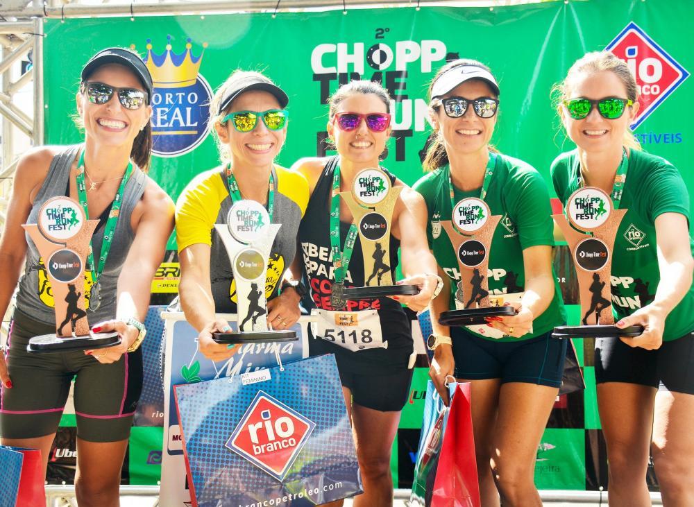 As melhores atletas na categoria feminina dos cinco quilômetros da 2ª edição do Chopp Time Run Fest foram premiadas com troféus e brindes - Fotos: Gobro Produções