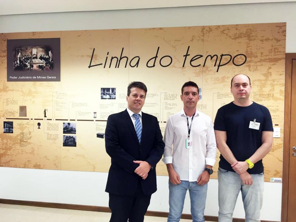 Dr. Fabiano Garcia Veronez (à esquerda), juiz administrador do Fórum Melo Viana, Luiz Fernando Resende dos Santos Anjo (ao centro), reitor da UFTM, e Rodrigo Silvano Martins (à direita), oficial judiciário do TJMG - Foto: Divulgação/UFTM