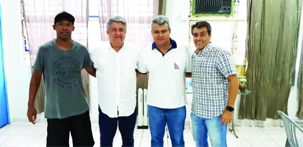 Rodrigo Bahia com o presidente da Funel, Luiz Alberto Medina, o organizador do Futebol Solidário, Rodrigo Borges e o presidente adjunto da Funel, Flávio Bernardes - Fotos: Divulgação
