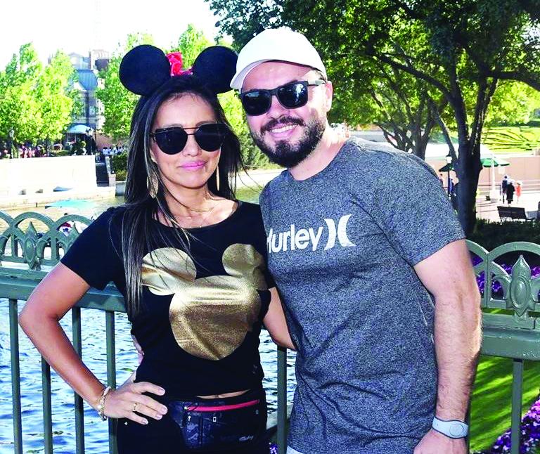 Érico Borges Bernardes e esposa Jane, na foto em recente viagem com a família na Disney; ele é o homenageado de hoje pelo aniversário - Fotos:Divulgação
