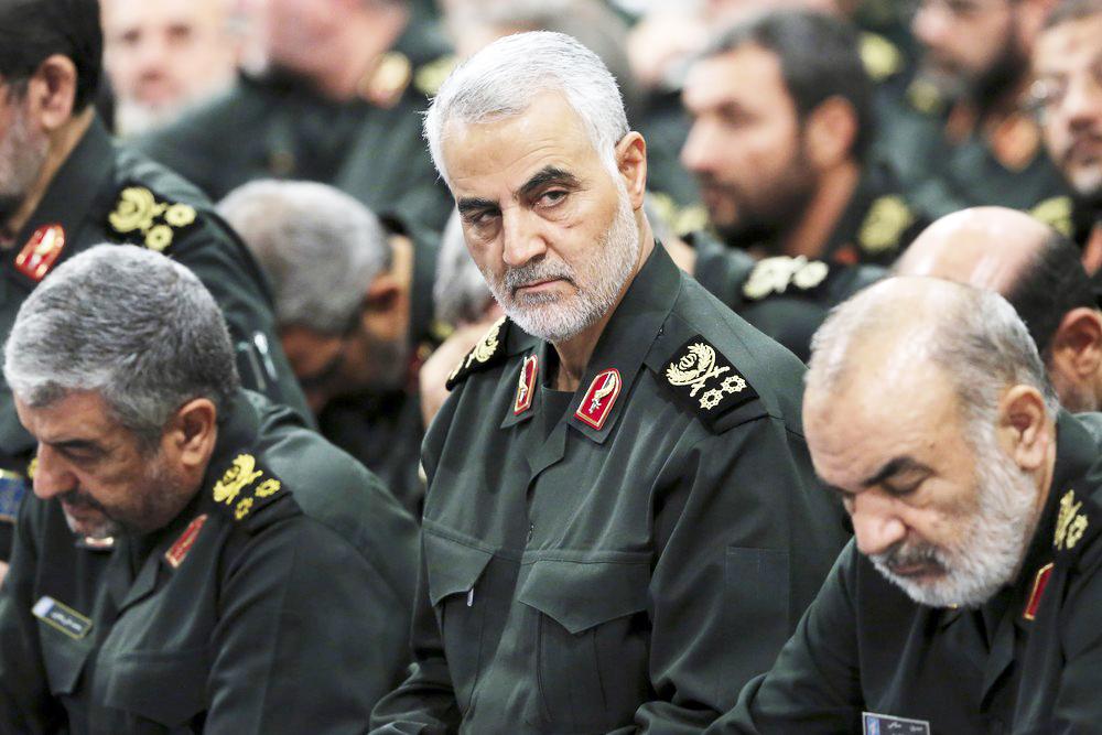 Em foto de 2016, Qassem Soleimani, chefe da Guarda Revolucionária Iraniana, participa de um reunião em Terrã, no Irã; Após ataque americano, bolsa europeia abre em queda e o preço do petróleo dispara - Foto: Office of the Iranian Supreme Leader via AP, Ar