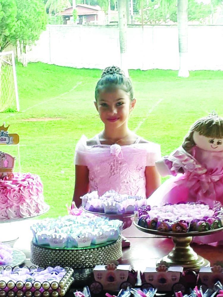 Isabella Azevedo completou 8 aninhos no dia 28 de dezembro e ganho festa com o tema princesas. Foi uma linda festa regada a belo cardápio, decoração impecável e muita energia
