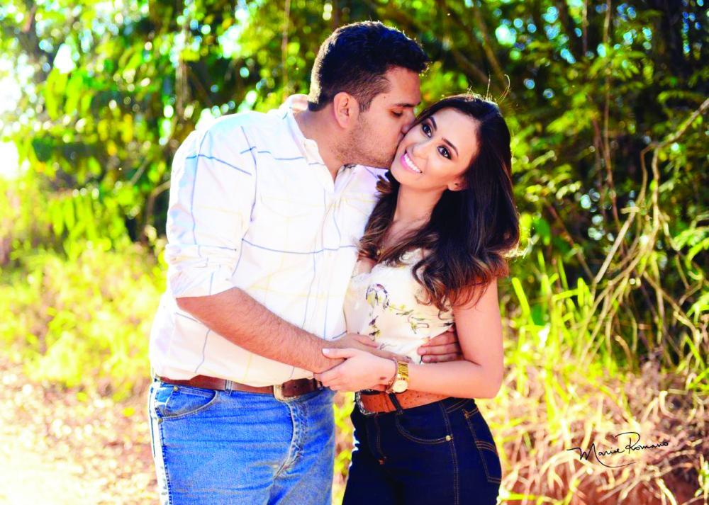 Allynne Regina Siqueira ganha beijos do esposo Vitor Araújo pelo aniversário no dia 15 de janeiro