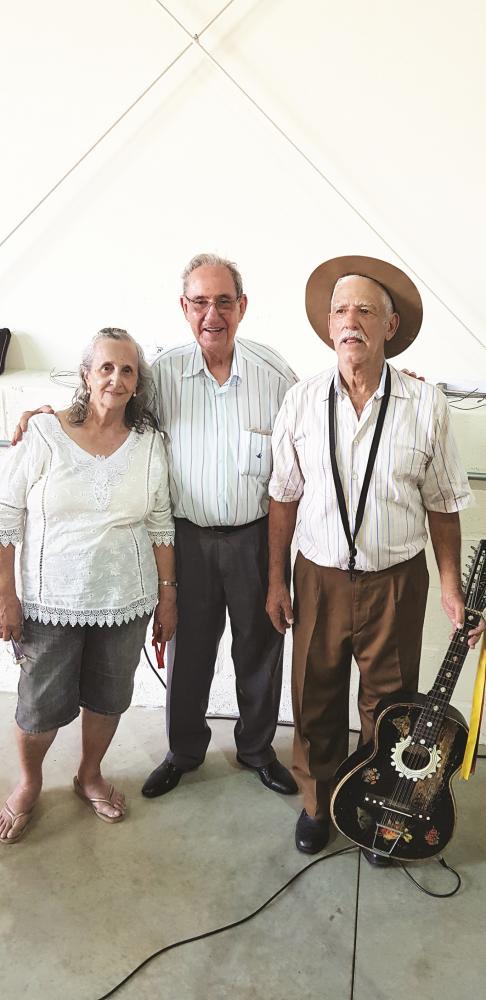 Gilberto Rezende com o aniversariante Paulo Cury e esposa Irnalda Cury - Foto: Marco Aurélio Cury