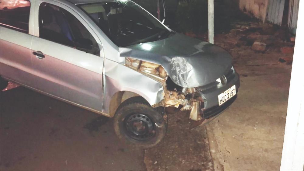 Frente do automóvel ficou danificada após a batida - Foto: Juliano Carlos