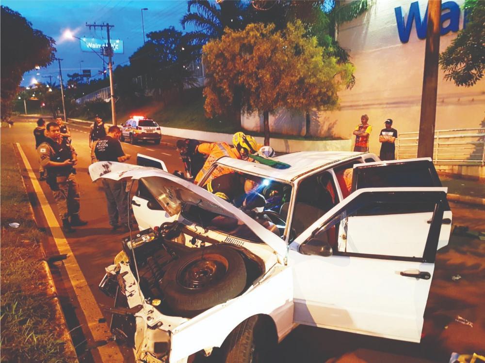 Frente do carro ficou destruída após a batida - Fotos: Juliano Carlos