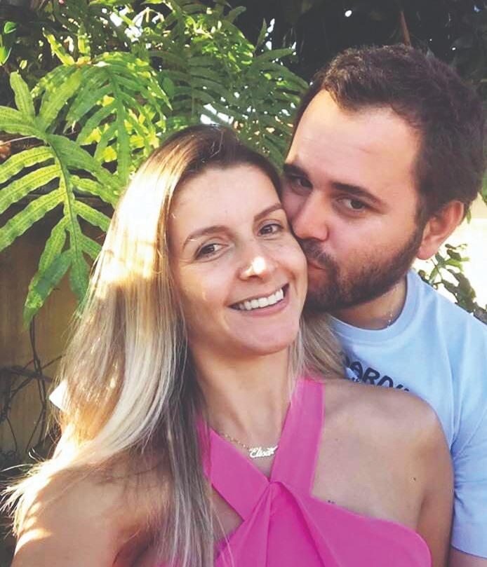 A dinâmica Elisa Cunha, integrante da equipe da Band Triângulo, comemora ao lado do marido, o agropecuarista Luiz Gustavo Souza, a notícia de que o primeiro herdeiro está a caminho - Fotos: Divulgação
