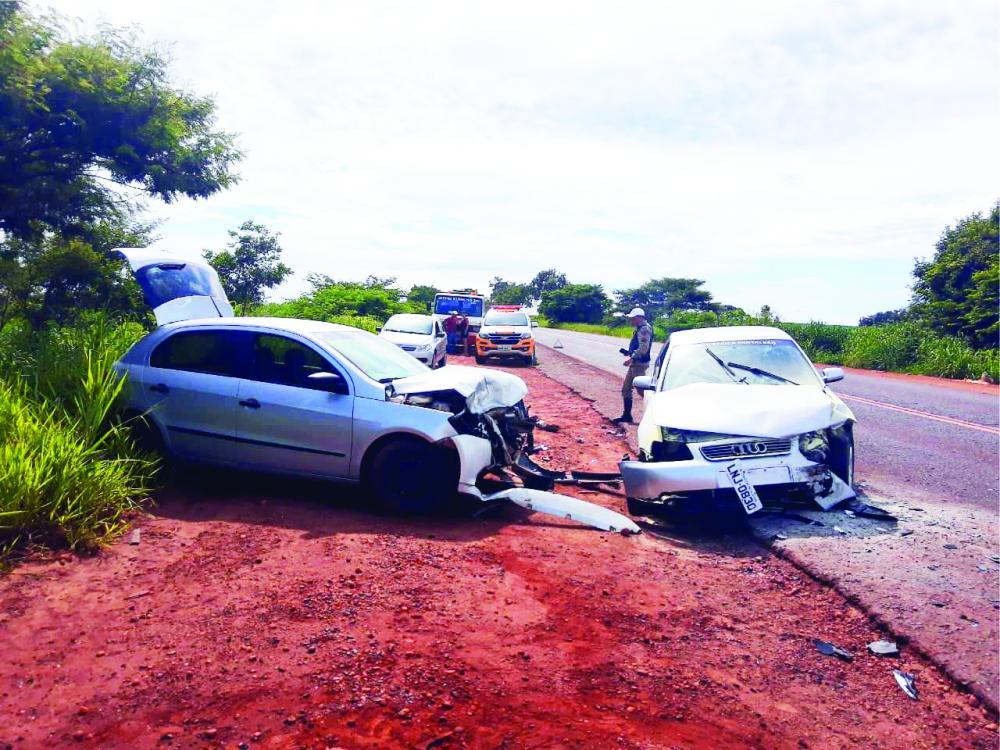 Frente dos automóveis ficaram destruídas