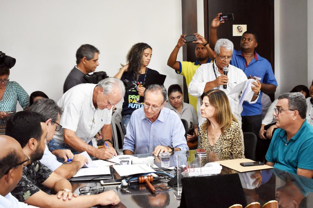 Prefeito Paulo Piau assina ordens de serviços para dez obras que integram o Plano 200 - Foto: Marco Aurélio/PMU