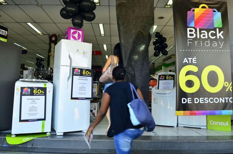 De acordo com o levantamento da CNI, quanto menor a renda familiar maior o costume de esperar promoções e mostra ainda preocupação com a garantia do bem - Foto: Rovena Rosa/Agência Brasil