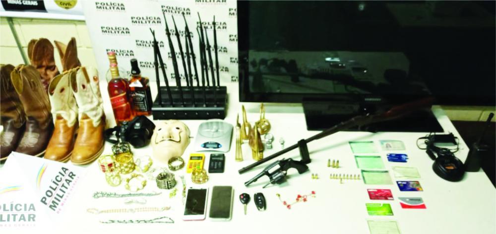 Materiais roubados e armas de fogo foram apreendidas com os acusados - Foto: Juliano Carlos