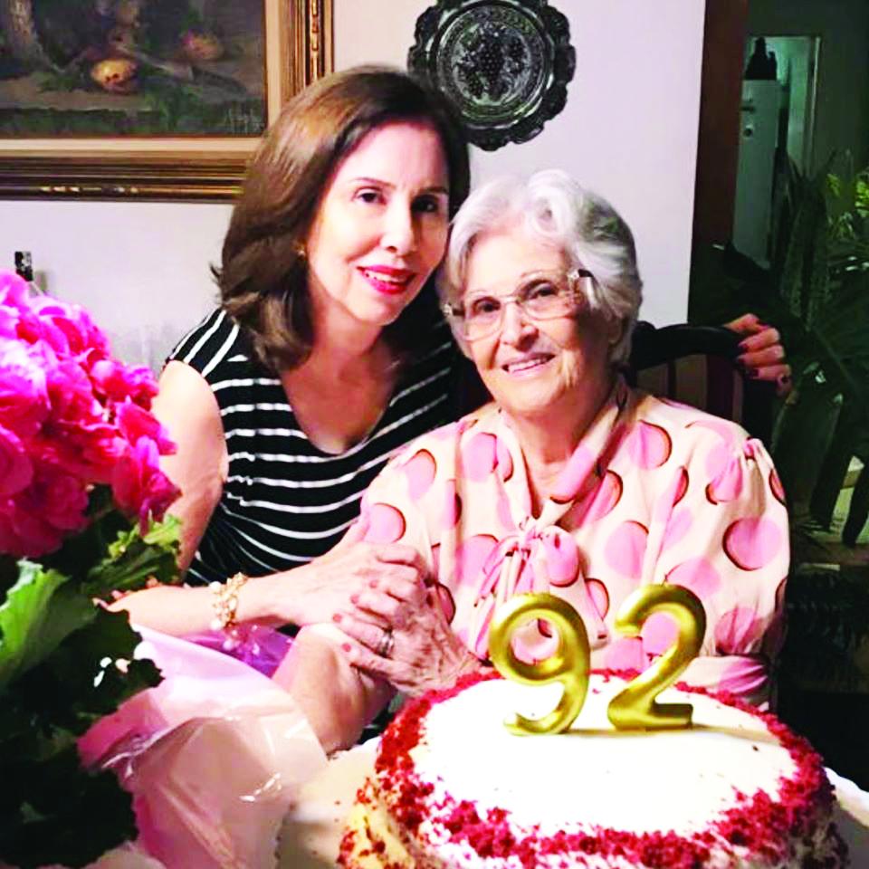 Bibi Gomes e sua mãe, a querida dona Bernadete Gomes, homenageada pelos 92 anos, que ela comemorou, em plena forma, na última quinta-feira - Fotos: Divulgação