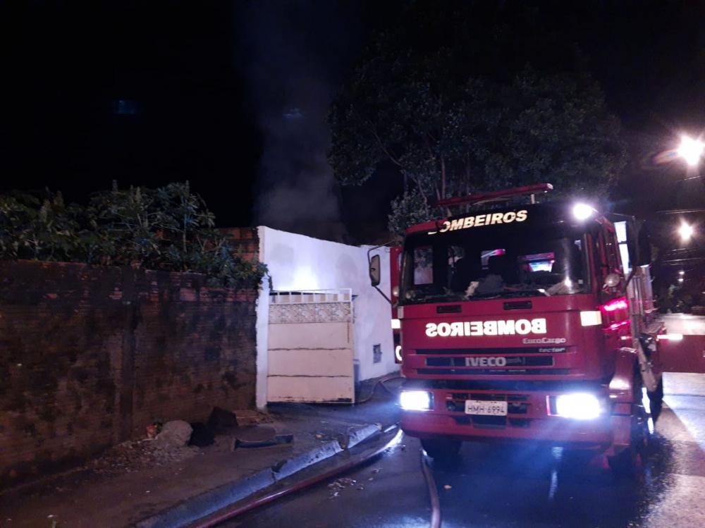 Bombeiros tiveram trabalho para combater o fogo em imóvel no Fabrício - Foto: Juliano Carlos